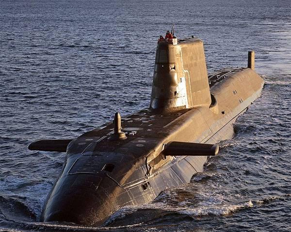 海军伏击英国潜艇与一艘商船相撞