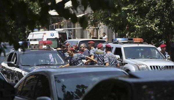 Боевики в Ереване взяли в заложники медработников