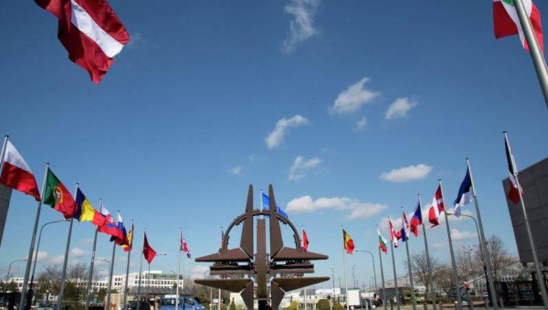 Французский генерал: европейским странам нужно дистанцироваться от США и объединиться с Россией