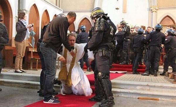 Современная демократия по-французски: Избиение христианских священников полицией