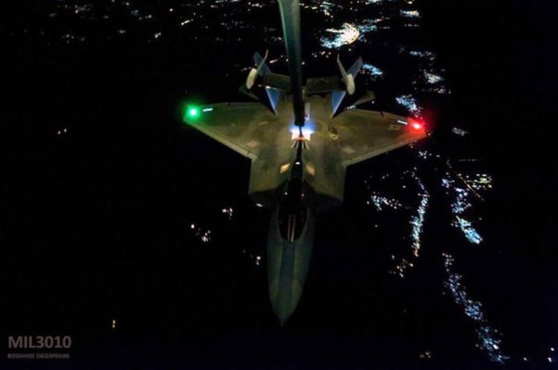 Ночная дозаправка F-22 Raptor (видео)