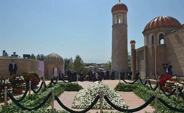 Владимир Путин в Самарканде преклонил колено перед могилой Ислама Каримова