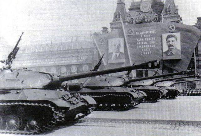 70 лет назад в парадном строю по Красной площади прошла 4-я гвардейская танковая Кантемировская дивизия