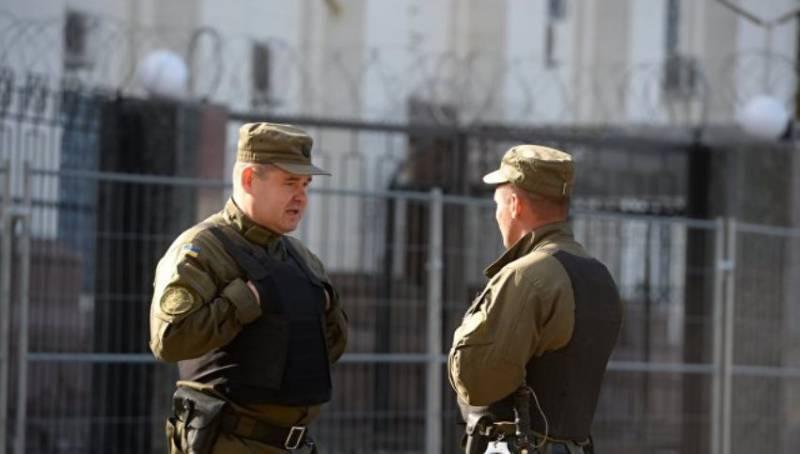 В Киеве три человека заблокировали вход в российское посольство