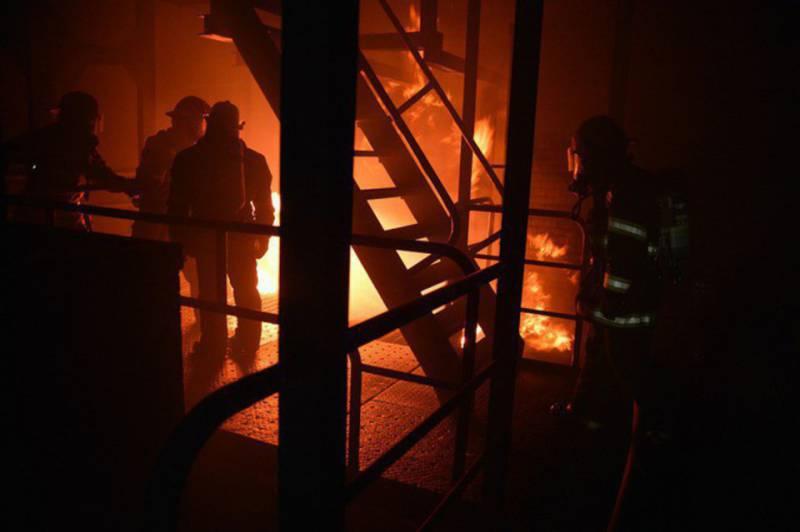 СМИ: несколько сотрудников МЧС погибли в Москве при тушении пожара на складе пластиковых изделий