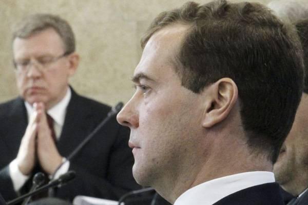 """Стоило Медведеву """"слезть с нефтяной иглы"""", как Греф уже обнаружил """"голландскую болезнь"""""""