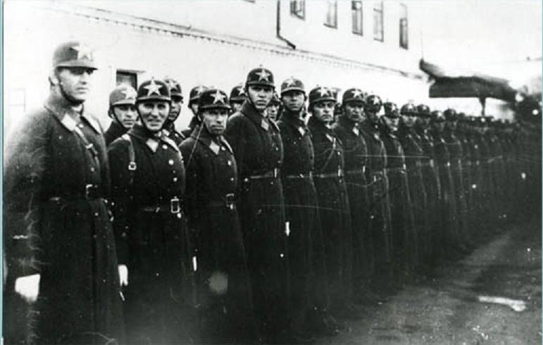 俄罗斯联邦内政机构雇员的一天。 警察队伍很长
