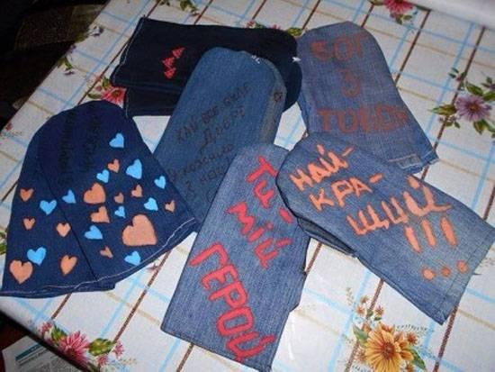 Украинским военным направили партию рукавиц, пошитых из старых джинсов