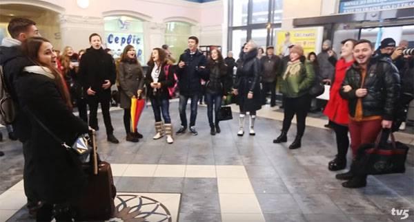 """""""Запорожсталь"""" поздравили коллективным исполнением советской песни на городском вокзале"""