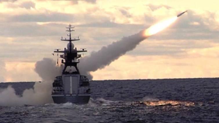 Учебная дуэль российских кораблей (видео)