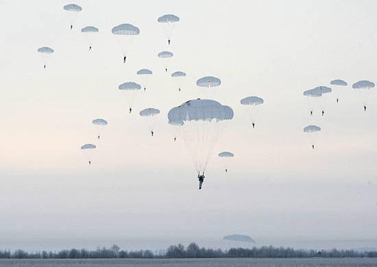 Продолжаются поиски пропавших после выполнения прыжка с парашютом десантников на Кубани