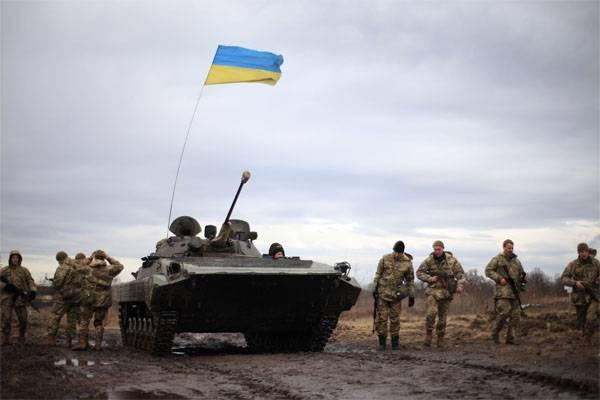 СМИ: Украинский военнослужащий на БМП сдался силовикам ЛНР