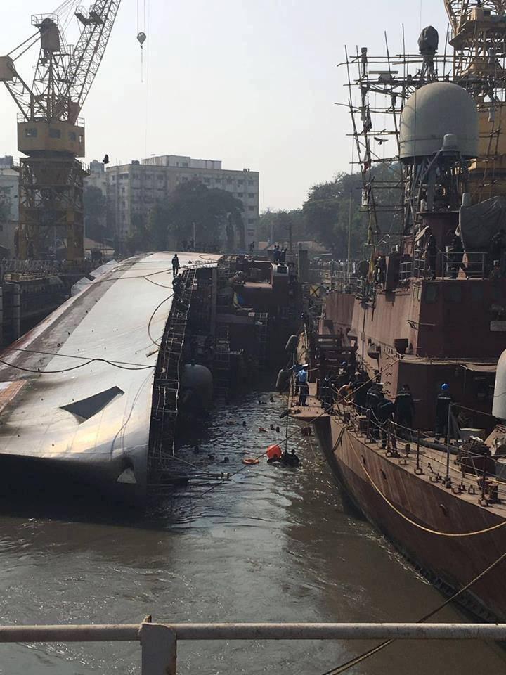 Авария на индийской верфи: при выводе из сухого дока опрокинулся на борт фрегат Betwa