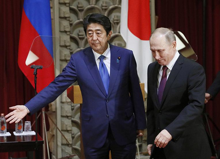 Визит Владимира Путина в Токио обрушил рейтинг кабинета министров Японии