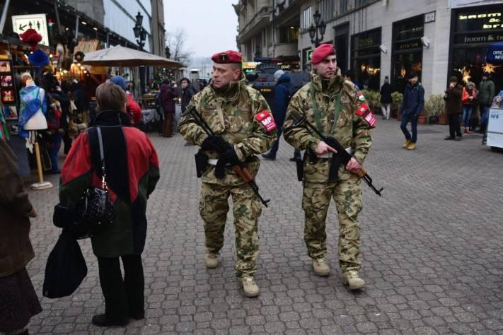 На улицах Будапешта появилась бронетехника
