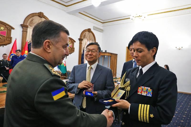За что Полторак вручил японским дипломатам военные награды МО Украины?