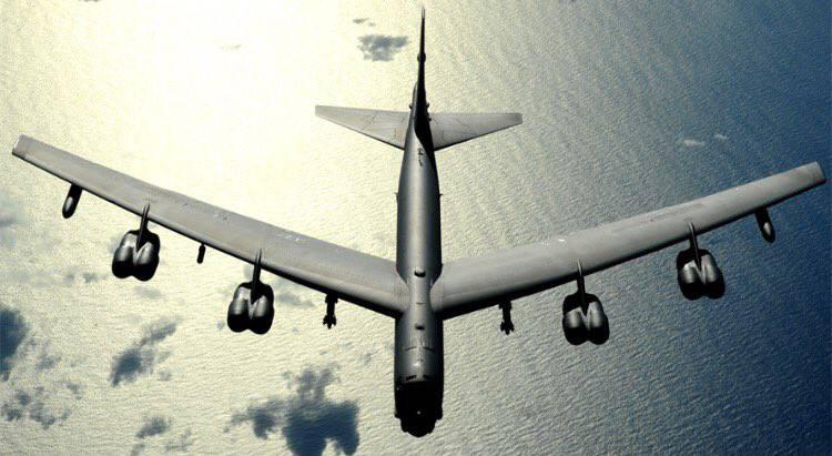 У американского стратегического бомбардировщика B-52 в полёте оторвался двигатель