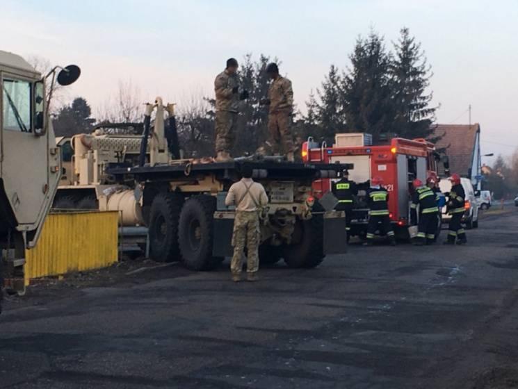В Польше американский военный тягач не вписался в поворот