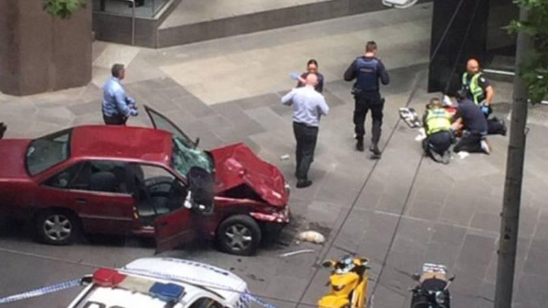 В Мельбурне автомобиль протаранил толпу, водитель открыл огонь