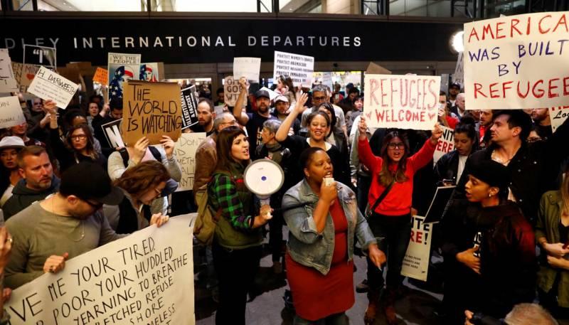 Протесты в аэропортах США. Суды блокируют исполнение указа Трампа