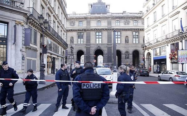 Вооружённый тесаками человек пытался осуществить теракт в Лувре