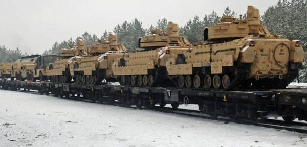 В Эстонии разгружают состав с американской бронетехникой