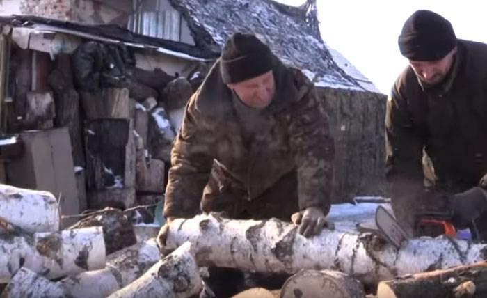 Украинские волонтёры отбирают дрова у местных жителей для обогрева ВСУ