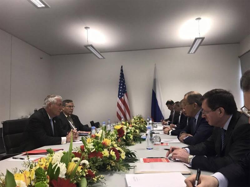 Tillerson berichtete über die Bedingungen, unter denen die Vereinigten Staaten eine militärische Zusammenarbeit mit der Russischen Föderation in Syrien aufnehmen sollten