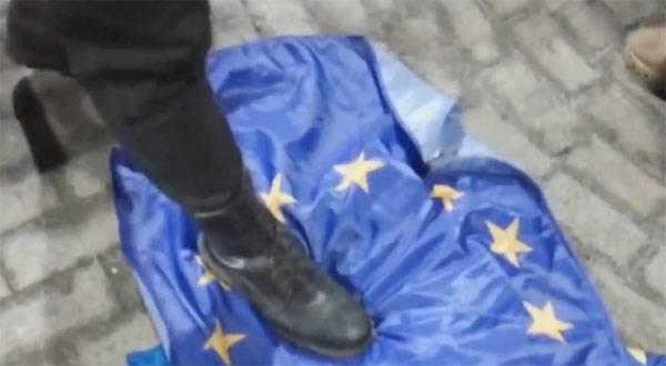 ВКиеве активисты сорвали сгосучреждений флаги Евросоюза
