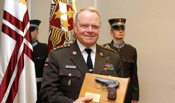 Il comandante delle forze armate della Lettonia effettuato in pensione ... pistola Makarov