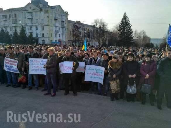 Migliaia di residenti di Kramatorsk si radunano contro il blocco di Donbass