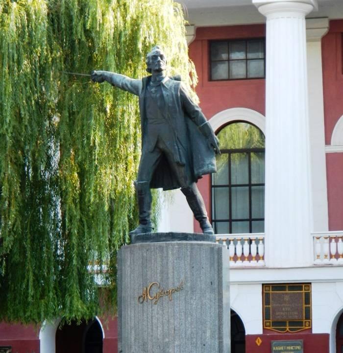 Монумент Суворову демонтируют вбывшем Киевском суворовском училище