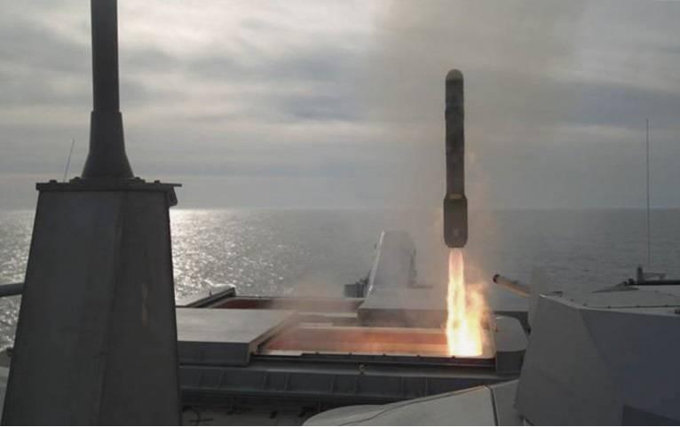 Os primeiros lançamentos do foguete Longbow Hellfire de uma instalação vertical ocorreram nos EUA.