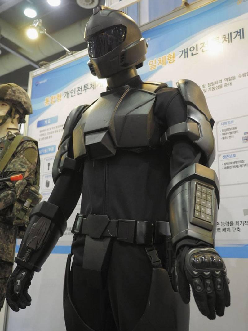 Gli sviluppatori della Corea del Sud hanno mostrato i loro esoscheletri