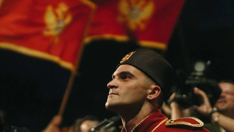 Солдат национальной гвардии на фоне флага Черногории перед зданием парламента в Подгорице AFP