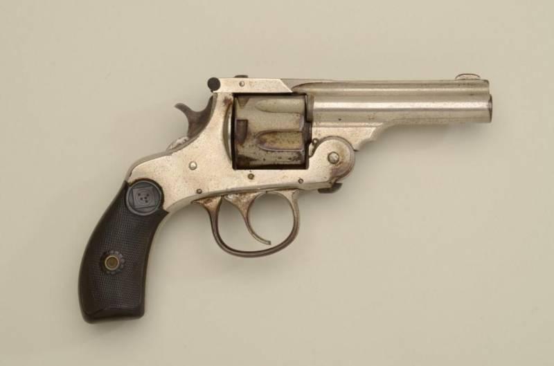 1490188902_3.-revolver-2.jpg
