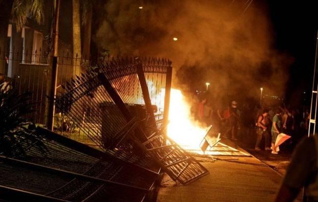 В Парагвае митингующие штурмом взяли здание парламента и подожгли его