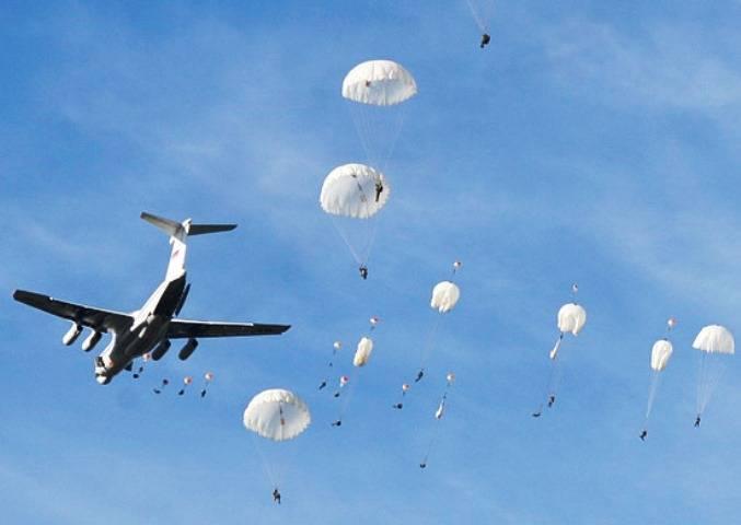 Российские десантники выполнили в Беларуси десантирование со стрельбой в воздухе
