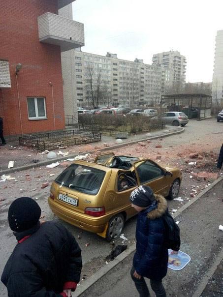 Очевидцы сообщают о двух сильных хлопках в доме по проспекту Солидарности в Санкт-Петербурге