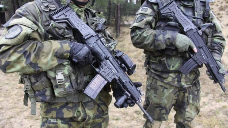 Fransız Jandarma Özel Kuvvetleri Çek tüfekleriyle silahlı