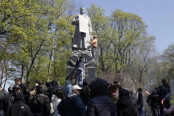 Радикалы в Киеве осквернили памятник генералу Ватутину