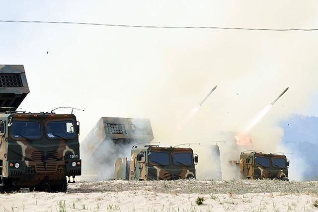 """Армия Южной Кореи протестировала новейшие РСЗО """"Chun-Mu"""""""