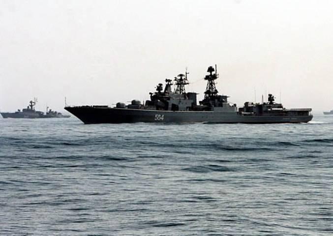 Le navi della Flotta del Pacifico eseguivano il razzo e l'artiglieria sparando in mare