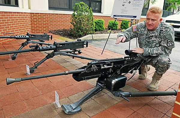 米国海兵隊が最初の褐変M2A1機関銃を受け取る