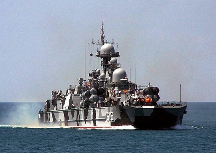 Ракетный корабль и катера ЧФ провели артиллерийские стрельбы