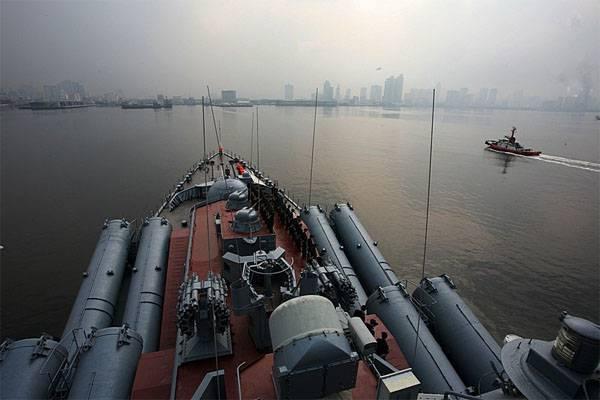 Крейсер «Варяг» провел учение ссингапурским фрегатом