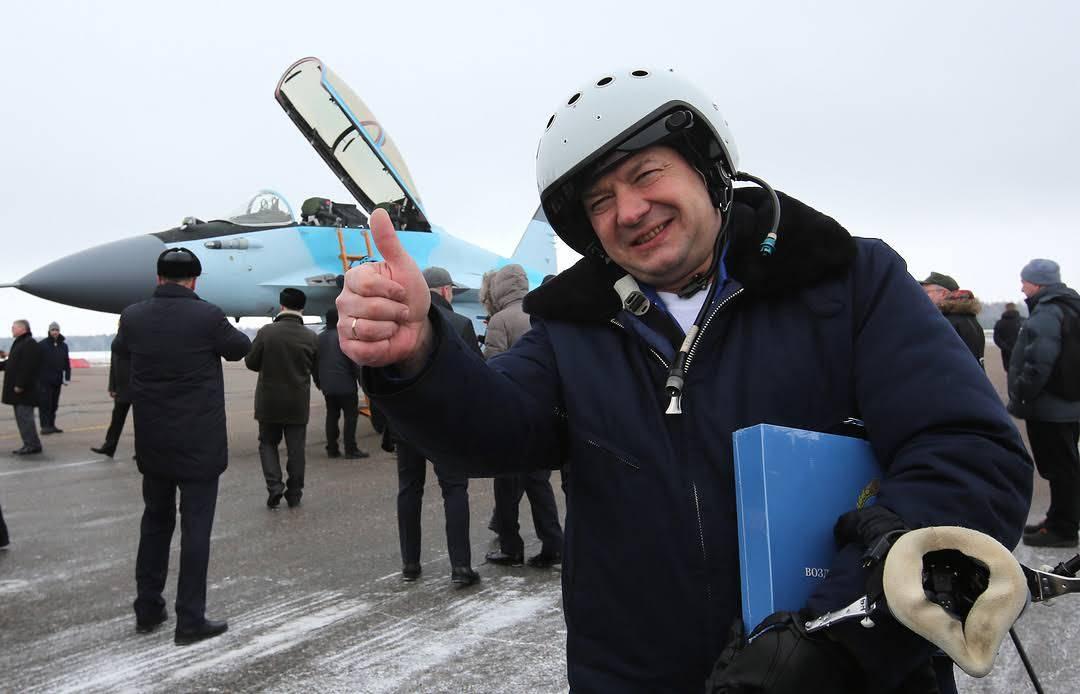 Путин вручил Звезду ГерояРФ шеф-пилоту РСК «МиГ» Михаилу Беляеву