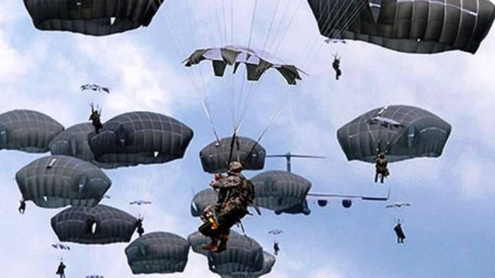 Во время показательного прыжка у десантника ВМС США не раскрылся парашют