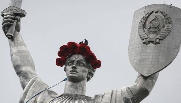 """Минкульт Украины объясняет радикалам, почему не декоммунизирована скульптура """"Родина-Мать"""" в Киеве"""