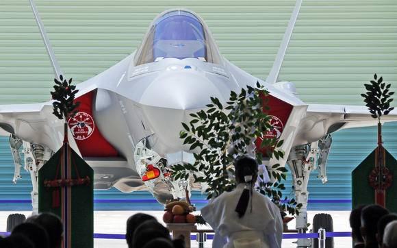 जापानियों ने देश में इकट्ठे पहले F-35 का प्रदर्शन किया